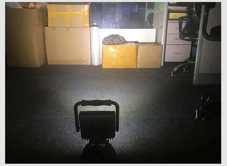 LED作業灯 充電式 室内点灯写真